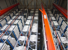 The IT system controls all stock entry, removal, and transfer processes of the high-bay shelf storage with its 3500 pallets