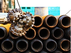 Drill bit and pipeline segments on an oil exploration rig (Copyright: nitimongkolchai/ 123RF Stock Photo)