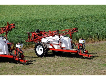 Pinto Sprayers feature a large 2000L water tank