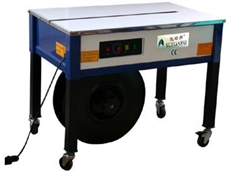 Strapping machine for securing pallets