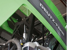 LA36 actuators have been integrated into the new DEUTZ-FAHR tractor hoods to assist with opening and closing