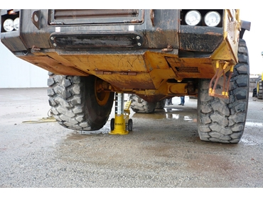 Mammut jacks make easy work of lifting heavy mining vehicles