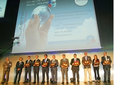 Tomasz Tybura, Managing Director of Demag Plastics Group (3rd from left) proudly accepted the award for the innovative activeFlowBalance technology