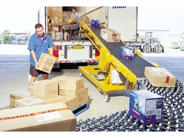 Dockless truck loading conveyor