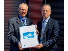 Christian Weber of SECO (left) presenting the Future Readiness Award 2009 to Daniel von Wyl of maxon motor