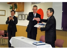 Yasuyuki Tanaka (right) shakes the hand of Mettler Toledo K.K. General Manager Frank Maters (centre), as Industrial Solutions Business Unit Manager for Mettler-Toledo K.K., Manabu Ozawa (left), cheers them on