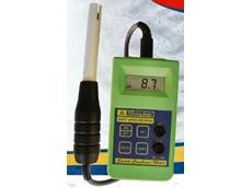 Calibrates manually in pH, conductivity, and TDS.