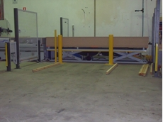 Scissor lift with large platform with four tonne table