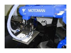 The MOTOMAN HP6-S (short-arm model) inserting the screws during factory-testing