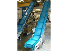 Hygienic sprocket driven sidewall cleated conveyor belting
