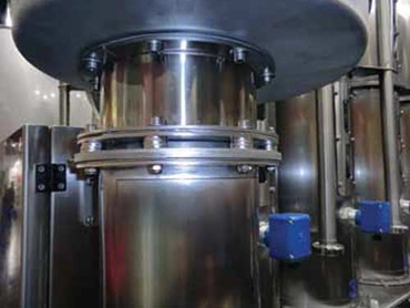 Precise, reliable, high pressure resistant capacitance limit detection for all solids applications and material residues